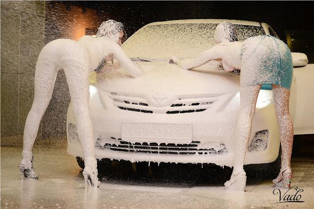 Toyota Corolla, fotki dziewczyn z autami, myjnia