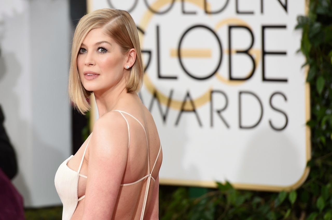 Rosamund Pike Flaunts Post Baby Body At The 2015 Golden Globes