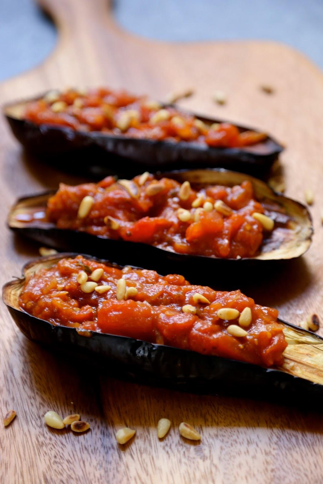 on dine chez nanou aubergines au four farcies aux tomates et pignons. Black Bedroom Furniture Sets. Home Design Ideas