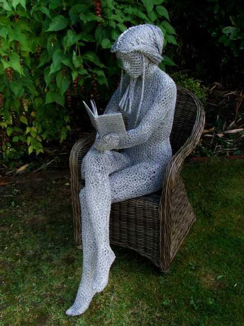 Derek Kinzett esculturas feitas de arames A leitora