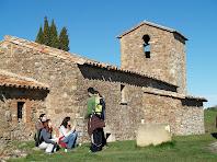 La façana de llevant de Sant Cugat de Gavadons amb la finestra d'arc de ferradura del seu campanar