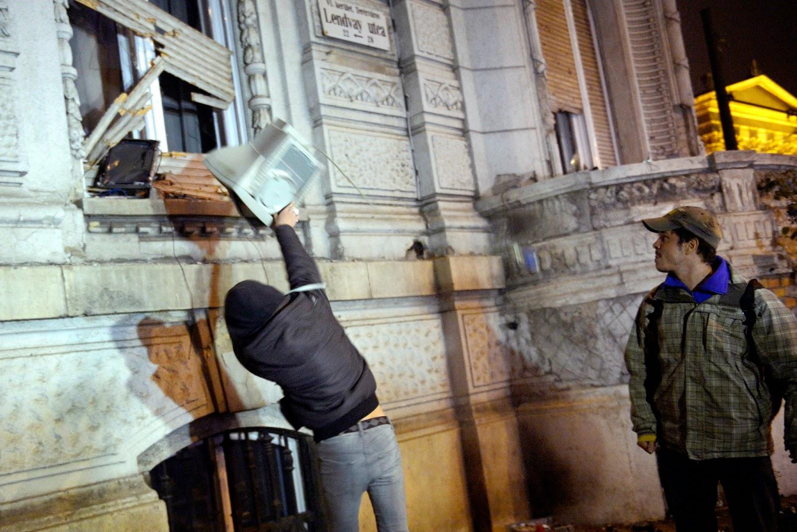 Fidesz, internetadó, adócsomag, tüntetés, Fidesz-székház, vandalizmus