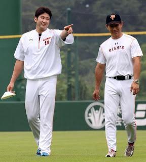 練習中、伊藤コーチ(右)と談笑する菅野(撮影・浅見桂子)