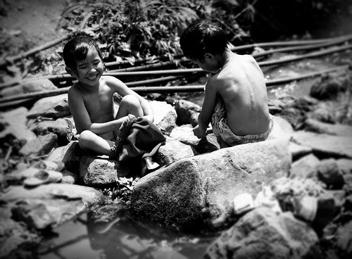 Trốn đi tắm sông cùng lũ bạn