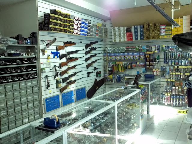 Foto do interior de uma loja de pesca climatizada