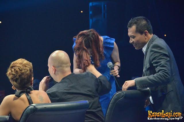 Edisi Hangat! Gambar Ahmad Dhani Dicium Mulan Jameela!