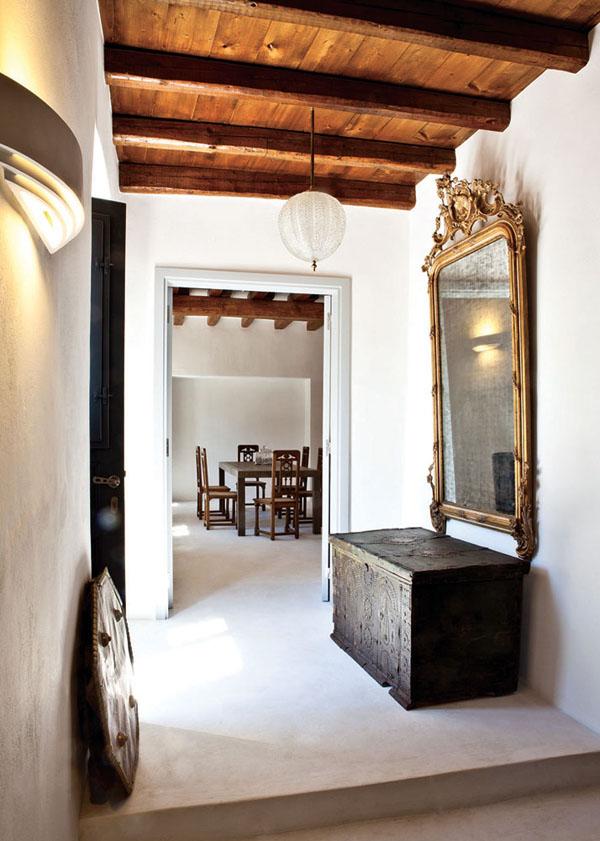 decorar con baules  antiguos -con espejo en el recibidor
