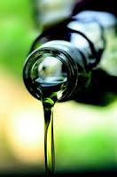 gambar cara menghilangkan jerawat dengan minyak zaitun