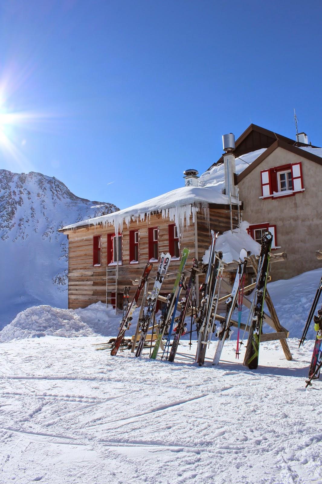 narty,volki,nordica, ski italy, sople lody, królowa śniegu, dom na szczycie lodowca, drewno, stare drwno, blog inspiracje, interiors design, stojak na narty