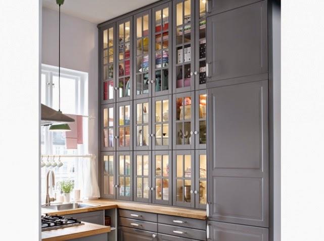 Pour mettre en valeur vos vaisselles précieusement, opter pour des portes de placards transparentes