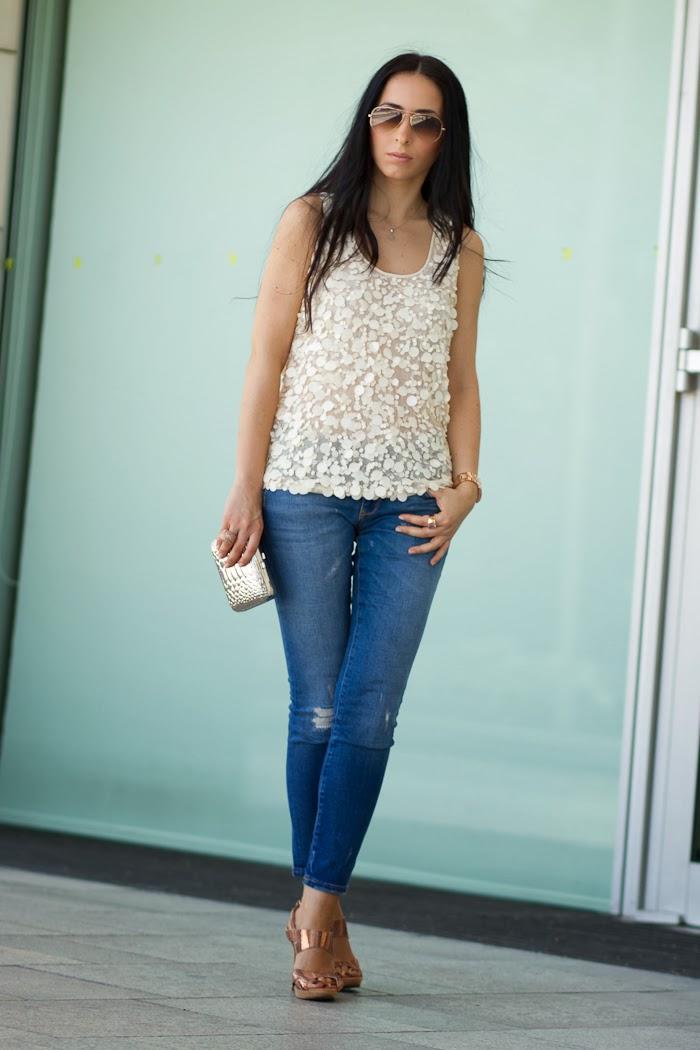 Look con top de lentejuelas y jeans