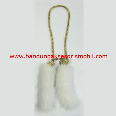 Gantungan Bulu Putih Rantai Berlian Mahkota Gold