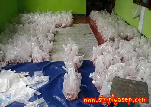 DAGING QURBAN : Ratusan bungkus daging Qurban ini sudah siap disalurkan (dibagikan) kepada mereka yang berhak menerimanya. Foto Asep Haryono