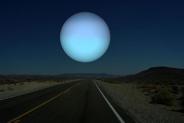Urano si estuviera a la misma distancia de la Tierra que la Luna