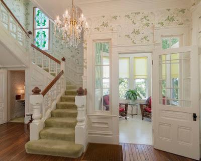 Escalera amplia con baño