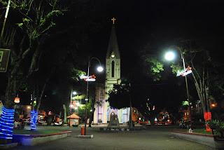 Praça Balthasar da Silveira – a da Matriz de Santa Teresa – começa a receber as primeiras luzes da decoração de Natal em Teresópolis