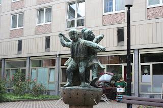 Spielende Kinder als Brunnenfiguren
