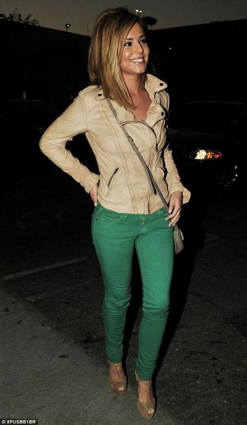 Cheryl cole combineert een gedurfde groene broek met een beige leren