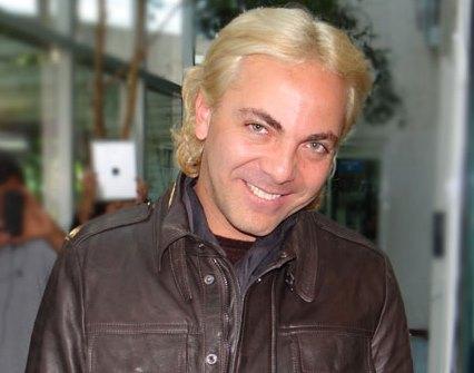 Cristian Castro con bella sonrisa y cabello rubio