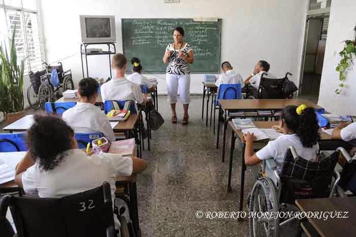 Una profesora imparte una clase de Historia de Cuba, en un aula de octavo grado en la escuela especial Solidaridad con Panamá, en La Habana, el 9 de septiembre de 2014.