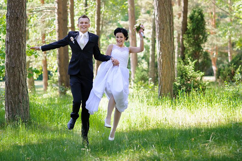 džiaugsminga vestuvių fotosesija