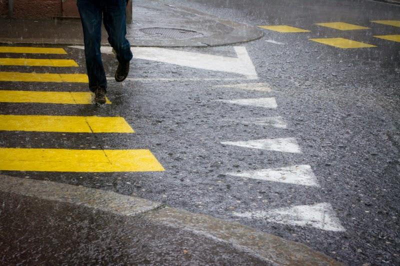 Une rue sur laquelle tombe de grosses gouttes de pluie