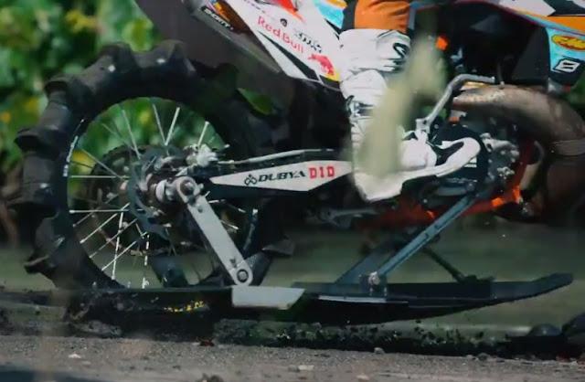 Hanya dengan sedikit modifikasi,motocross ini juga bisa berselancar di laut dengan indahnya . . haaa