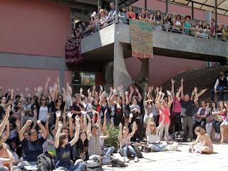 Brasil - São Paulo: Polícia utiliza ônibus de universidade para prender 43 estudantes