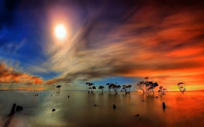 Paisaje natural al atardecer con un cielo de colores