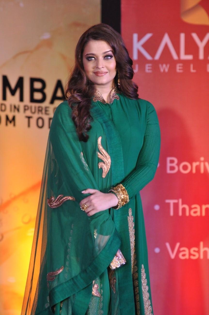 aishwarya rai bachchan looks beautiful in green dress at the opening