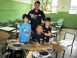 PROFESSOR E ALUNOS DE BATERIA:
