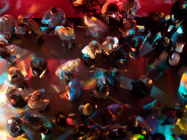 tante persone ballano in discoteca