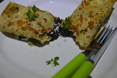 Crepes sem gordura recheados com cogumelos, espinafres e reqeuijão