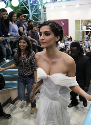 Bollywood-Actress-Sonam-Kapoor-Hot-And-Spicy-latest-Stills