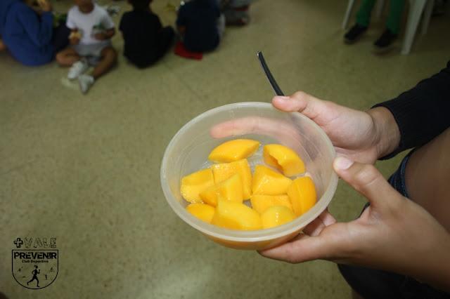 desayuno niño fruta melocotón