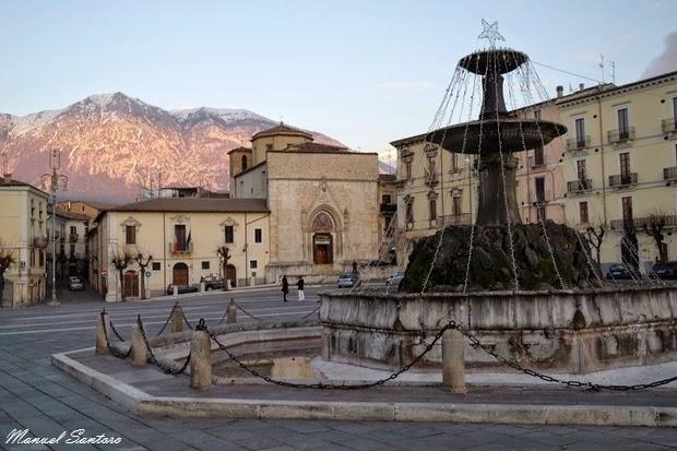 Sulmona, Piazza Garibaldi. Il Fontanone e la Chiesa di San Filippo Neri
