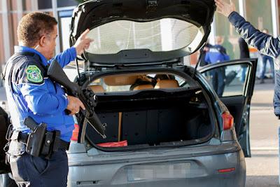 Imagem - Policia a revistar carro