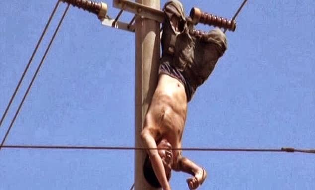 pria menggantung ditiang listrik