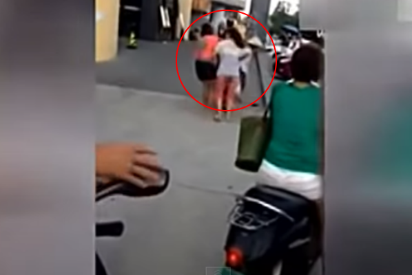 Video Isteri Berang Malukan Skandal Suami Depan Orang Ramai