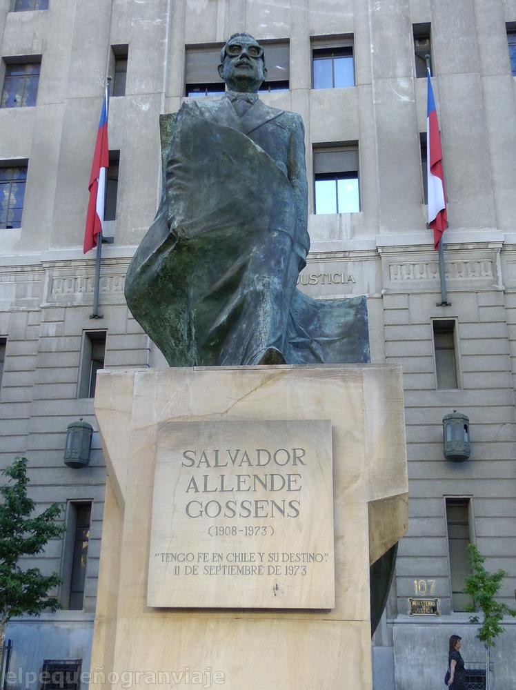 Santiago de Chile, Chile, Allende,Plaza Constitucion,estatua