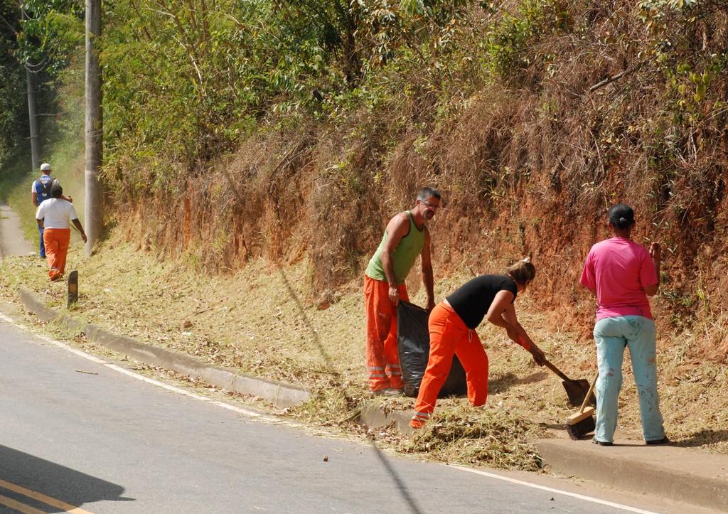 Equipe da Prefeitura faz manutenção geral em trecho na Avenida Presidente Roosevelt