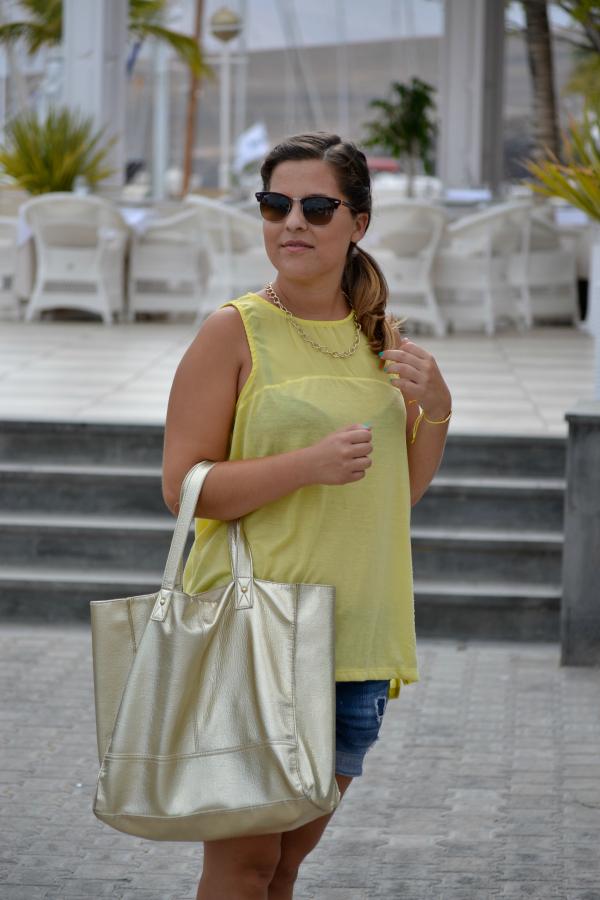 camiseta_amarilla_pull_and_bear_rayban_complementos_dorados_cuñas_cómodas_Blanco_nudelolablog_02