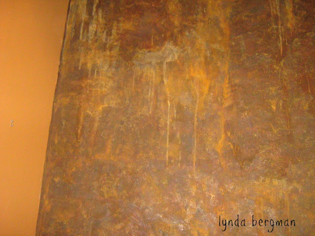 Unique Wall Finishes : Lynda bergman decorative artisan painting a wall to look