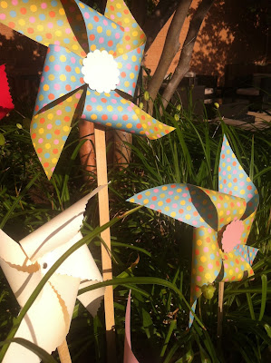 DIY ideas para decorar eventos con molinos de papel