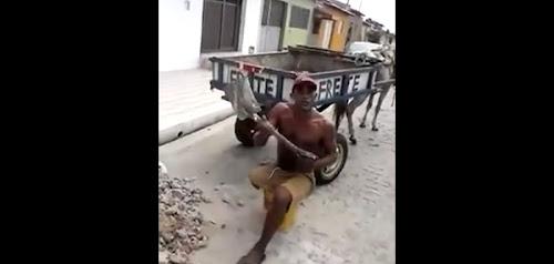 O homem sem uma perna que trabalha honestamente e da exemplo