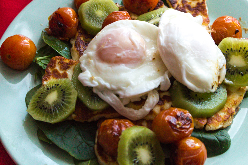 Poached egg breakfast with a salad of kiwifruit, cherry tomatoes, spinach and halloumi cheese | Svelte Salivations
