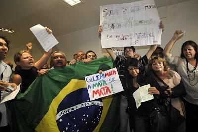 Manifestantes contra as mudanças no Código Florestal protestam no Senado. Foto de Jose Cruz/ABr