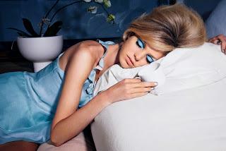 dampak buruk tidur dengan make up