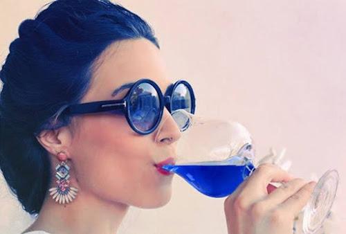 Nem tinto, nem branco, nem rosé. A moda agora é tomar vinho azul!!