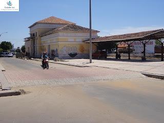 Passagem de pedestres ligando praças do Roteiro da Fé.